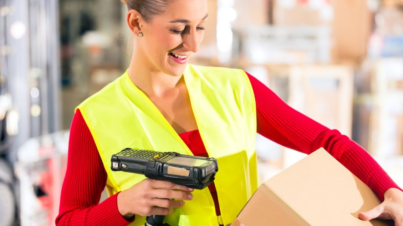 Pracownik magazynu skanujący paczkę w systemie Shipping Manager